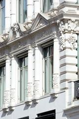 Historische Architektur in der Hamburger Innenstadt, Stadtteil Neustadt. Fassadenschmuck / Dekorelemente - Gebäude am Neuen Wall, Einkaufsstraße.
