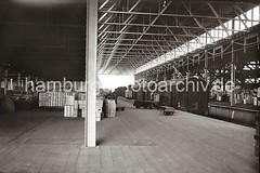 Güterwaggons im Lagerschuppen - Lagergut, Elektrokarren mit Anhänger; ca. 1936.