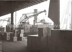 Kaikrane - Frachtschiff, gelagerte Kisten im Hafenschuppen; ca. 1932.