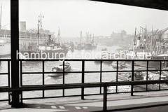 Blick von der Überseebrücke auf den Niederhafen und zu den St. Pauli Landungsbrücken; ca. 1938.