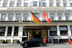 Historische Architektur in der Hamburger Innenstadt, Stadtteil Neustadt. Eingang des Hotels Vier Jahreszeiten am Neuen Jungfernstieg; errichtet ab 1897.