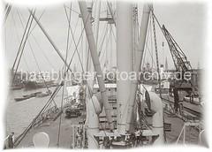 Frachtschiff am Australiakai des Indiahafens - Schuten im Hafenbecken; ca. 1934.