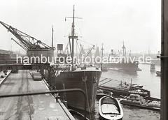 Frachtschiff am Hafenkai - Schuten mit Ladung;  ca. 1938.