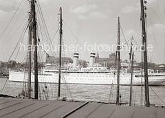 KdF-Kreuzfahrtschiff OCEANA verlässt den Hamburger Hafen; ca. 1936.