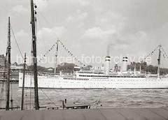 Kreuzfahrtschiff OCEANA vor den Hamburger Landungsbrücken; ca. 1936.