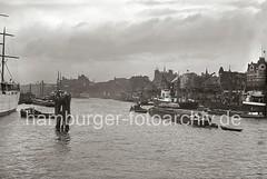 Schiffe an den Vorsetzen - Rhein-Maas Kai mit Kränen - Häuser; ca. 1938.