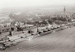 Luftfotografie von den St. Pauli Landungsbrücken / Eingang Elbtunnel; ca. 1930.