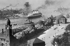 Historisches Hamburg Bild - ein Passagierschiff verlässt den Hamburger Hafen / Landungsbrücken.