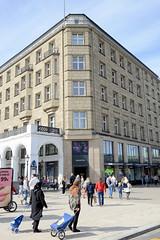 Historische Architektur in der Hamburger Innenstadt, Stadtteil Neustadt. Geschäftshaus am Jungfernstieg / Neuer Wall - das vielfach umgebaute Gebäude steht unter Denkmalschutz.