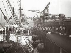 Abgebäumter Frachter an einem Kai des Hamburger Hafens; ca. 1934.