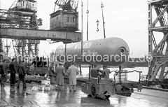 Schwergutverladung im Hafen Hamburg - Schwimmkran 1953 .