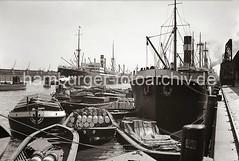 Güterumschlag im Hafen Hamburg - Schuten beladen mit Ladung, Kisten und Fässern; ca. 1932.