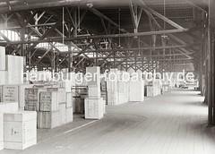 Kaischuppen am Indiahafen - Holzkisten für den Export nach Kolumbien + Venezuela; ca. 1934.