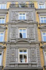 Historische Architektur in der Hamburger Innenstadt, Stadtteil Neustadt. Detail, Schmuckfassade mit Architektennamen - Etagengeschäftshaus in den Colonnaden; errichtet 1878 - Architekten Elvers & Martens.