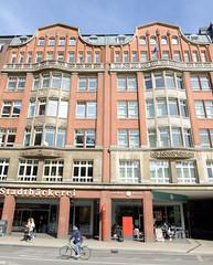 Historische Architektur in der Hamburger Innenstadt, Stadtteil Neustadt. Kontorhaus, Geschäfte am Gänsemarkt; errichtet 1913, Architekt Theodor Speckbötel.
