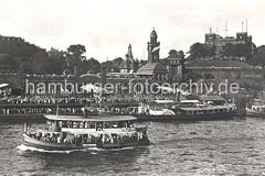 Historische Hamburgbilder - Hafenfähre und Ausflugsdampfer an den Landungsbrücken.