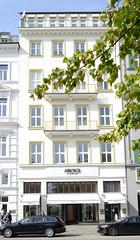 Historische Architektur in der Hamburger Innenstadt, Stadtteil Neustadt. Denkmalgeschütztes Geschäftshaus am Neuen Jungfernstieg - errichtet um 1889.