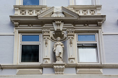 Bilder aus dem Hamburger Stadtteil Neustadt, Bezirk Hamburg Mitte. Figürlicher Bauschmuck - Hausfassade in der Poolstraße; das denkmalgeschützte Gebäude wurde um 1898 errichtet.