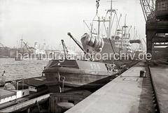 Schiffe am Hafenkai - Güterumschlag; ca. 1934.