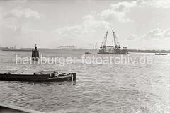 Schwimmkräne transportieren ein Kranteil auf der Elbe; 1938.