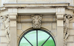 Historische Architektur in der Hamburger Innenstadt, Stadtteil Neustadt. Figürlicher Bauschmuck / Fassadendekor in den Colonnaden.
