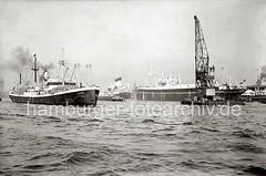 Schiffsverkehr auf der Elbe - Schwimmkran + Seeschiffe; ca. 1938.