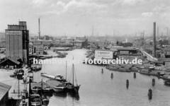 Alte Bilder von Harburg - Luftansicht des Harburger Hafens; Getreidesilo und Frachtschiffe.