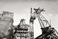 Auseinanderbau eines 40 Tonnen Doppellenker-Wippkran - Absenken des Kranauslegers; 1938.