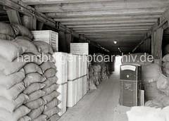 Waren auf einem Speicherboden - Güter in unterschiedlicher Verpackung; ca. 1934.