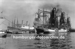 Historische Hamburgfotos - Hamburger Hafen; Getreideheber + Frachtschiff im Waltershofer Hafen.