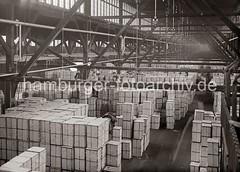 Lagerung von Apfelsinenkisten im Hafen Hamburg / Fruchtschuppen - Hallenkonstruktion; ca. 1936.