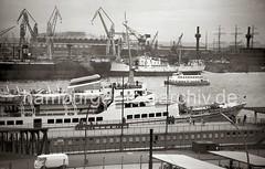 Fahrgastschiff WAPPEN VON HAMBURG an den St. Pauli Landungsbrücken, 1956.
