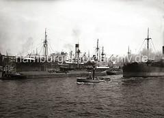 Blick vom Afrikahöft auf den Indiahafen + Hansahafen - Frachtschiff Clara Blumenfeld; ca. 1934.