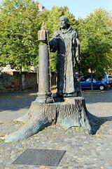 Fritzlar ist eine Kleinstadt im nordhessischen Schwalm-Eder-Kreis. Denkmal für Bonifatius und der Donareiche auf dem Domplatz von Fritzlar.