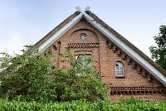 Fotos aus dem Hamburger Stadtteil Neugraben-Fischbek, Bezirk Hamburg Harburg. Giebel, Klinkerfassade eines denkmalgeschützten Wohnwirtschaftsgebäudes in der Francoper Straße.