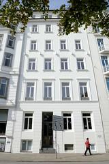 Historische Architektur in der Hamburger Innenstadt, Stadtteil Neustadt. Geschäftshaus am Neuen Jungfernstieg - errichtet 1830, Umbau 1950er Jahre.