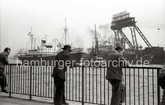 Schaulustige auf den St. Pauli Landungsbrücken - Stülckenwerft, 1956.