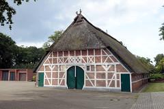 Fotos aus dem Hamburger Stadtteil Neugraben-Fischbek, Bezirk Hamburg Harburg. Historisches Fachwerkgebäude mit Reet gedeckt in der Francoper Straße.