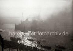 Gegenlichtaufnahme Hafen Hamburg - Schlepper, Qualm - Passagierschiff EUROPA; ca. 1930.