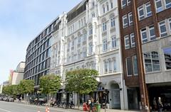 Historische Architektur in der Hamburger Innenstadt, Stadtteil Neustadt. Fassaden von Wohn- und Geschäftshäusern in der Hamburger Innenstadt / Dammtorstraße.