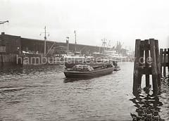 Schute mit Säcken beladen im Hafen Hamburgs - Frachtschiffe am Kai; ca. 1934.