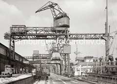 Kaianlage mit Halbportalkränen im Hafen Hamburgs;  ca. 1934.