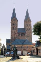 Fritzlar ist eine Kleinstadt im nordhessischen Schwalm-Eder-Kreis. Domplatz von Fritzlar - im Vordergrund das Bonifatius-Denkmal mit der Donareiche - Blick auf den St. Petri Dom.