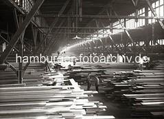 Lagerung von Bohlen und Brettern im Schuppen 44, Hansahafen;  ca. 1938.