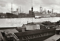 Frachtschiffe und Schuten im Indiahafen - Anleger am Hansahöft / Hansahafen; ca. 1936.