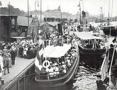 Historische Hamburgmotive - Ausflugsbarkassen am Anleger St. Pauli Landungsbrücken.