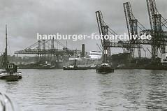 Alte Bilder aus dem Hafen Hamburgs - Frachtschiffe und Kräne im Hamburger Kohlehafen.