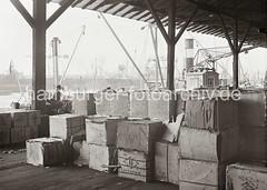 Kistenlagerung im Kaischuppen - Werftanlagen der Deutschen Werft; ca. 1932.