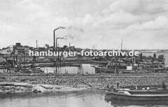 Historische Fotografien aus Harburg -  Schiffe im Harburger Liegehafen, qualmende Fabrikschlote.