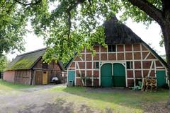 Fotos aus dem Hamburger Stadtteil Neugraben-Fischbek, Bezirk Hamburg Harburg. Historische Hofanlage in der Straße Im Neugrabener Dorf - die Gebäude stehen unter Denkmalschutz.